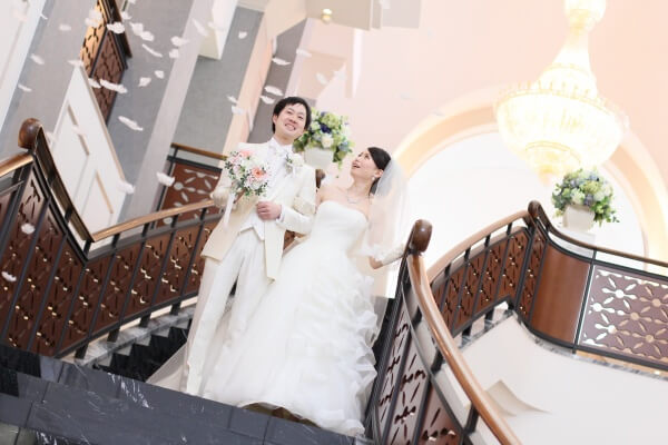 新潟市結婚式場 チャペル式 大階段 フェザーシャワー サプライズ