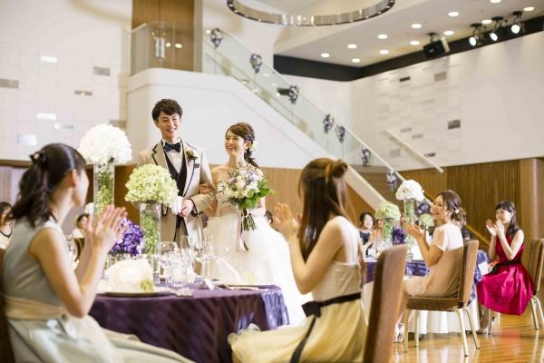 【花嫁の永遠の憧れ?❤階段はアリ派?ナシ派?】階段入場のメリット&デメリットをおさらい☝★