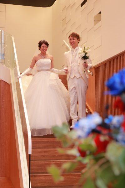 新潟市結婚式場ブライダルステージデュオ 新郎新婦 階段