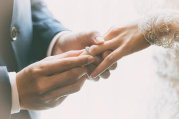 【結婚指輪の刻印は何にする?】先輩カップルさんを参考に、定番から珍しい文字まで一挙ご紹介❤